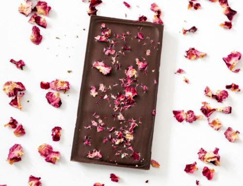 Les jolis pétales de nos tablettes de chocolat à la rose de Provins